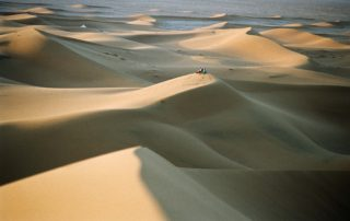 fem dans désert